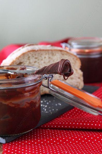 Ma pâte à tartiner au chocolat noir et au caramel avec rien que des bonnes choses dedans.