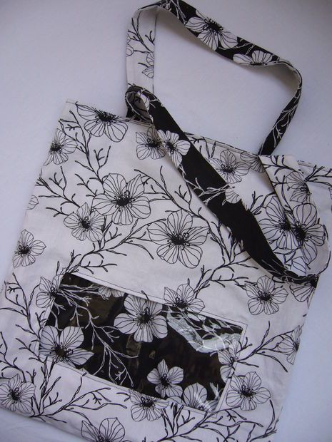 Reversible tote bag with clear window. Free tutorial.