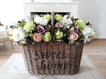 Zijden bloemen in Sweet home mand
