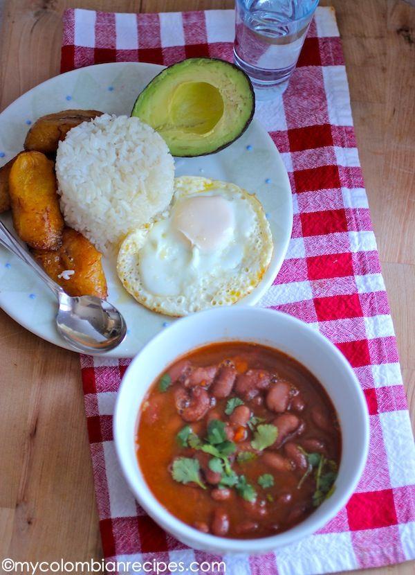 El Brunch puertorriqueno de casa! Arroz blanco, habichuelas, huevo frito, amarillitos y no puede faltar el aguavate!