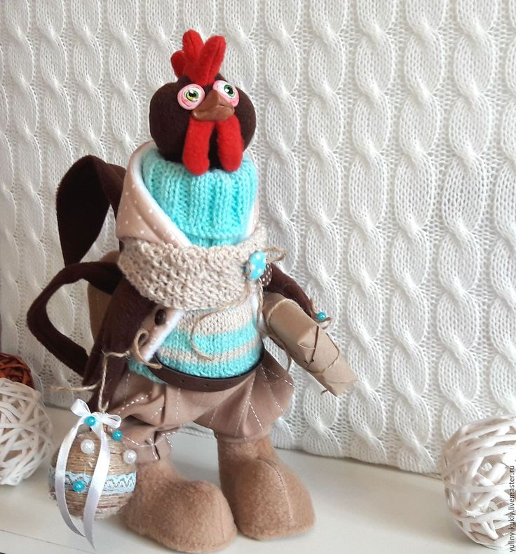 Купить или заказать Текстильный петушок Клаус в интернет-магазине на Ярмарке Мастеров. Авторский текстильный петушок Клаус. Рост 35 см., стоит сам. Сшит из флиса. Хвост армирован. Клюв и глазки слеплены из запекаемого пластика, расписаны акрилом. Одет в хлопковые брюки, стеганый жилет, вязаный шарф и свитер. Заранее готовится к празднику- запаковывает подарки и мастерит ёлочные игрушки.