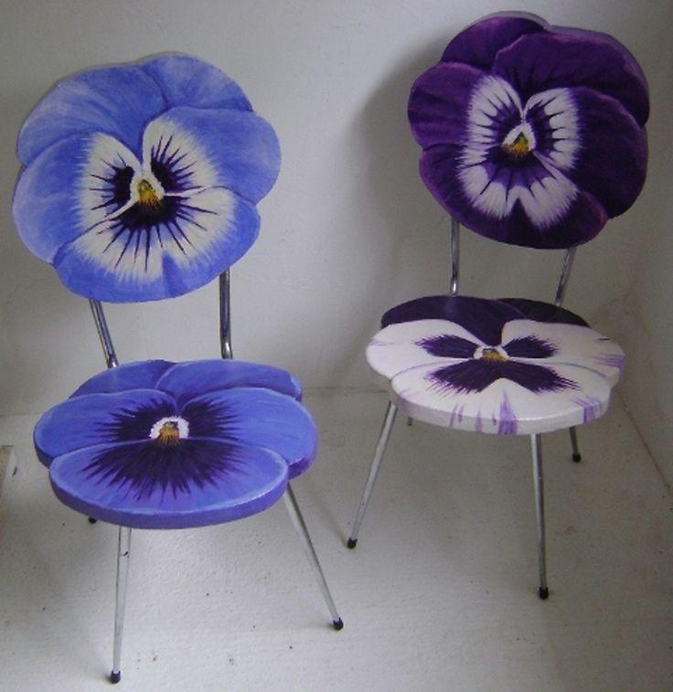 Leuke, kleurrijke, aparte stoelen die handig zijn voor gebruik.
