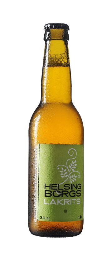 Drömmen om ett lite annorlunda öl började med två företag som båda valt att tillverka produkter ur en tradition av genuint hantverk. När Helsingborgs Bryggeri och Lakritsfabriken i Ramlösa nu samarbetar får du ett vackert, vildsint och karakteristiskt öl med toner av lakrits. Den subtila eftersmaken blandar sig snyggt med de ljusa dragen i en lageröl och dröjer sig kvar som en skön påminnelse om livets små glädjeämnen. Varje dag är en trevlig överraskning och en sann njutning.  Passar bra…
