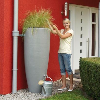 Un récupérateur d'eau qui se fond dans votre jardin : écologique et esthétique !