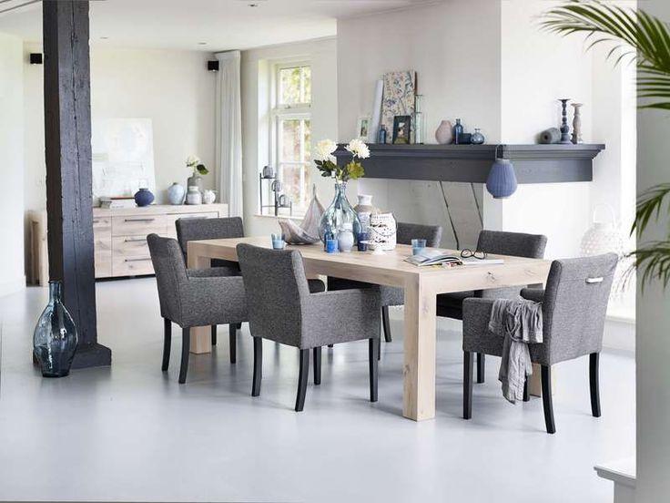 Lucano is een robuust woonprogramma in geborsteld eiken, afgewerkt in de kleur white oil en met prachtige grafiet kleurige handgrepen. Het woonprogramma bestaat uit een dressoir, TV-kasten (2x), kast, boekenkast, eettafels (4x), salontafels (2x) en een hoektafel. Dit woonprogramma is een aanwinst voor uw woonkamer en zal u jaren plezier brengen.