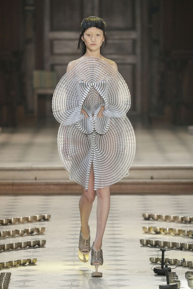 Sculptural Fashion - innovative fashion design; wearable art // Iris Van Herpen Fall 2016