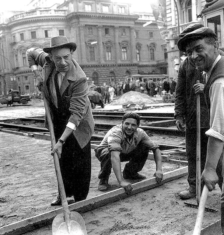 1964 Kalman Latabar comedian, actor helps to the workers, at Lujza Blaha square