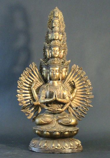 Tibetian Avalokitesvara mit tausend Armen und neun Köpfe, und gekrönt von einem grotesken Gesicht und einem Buddha-Kopf