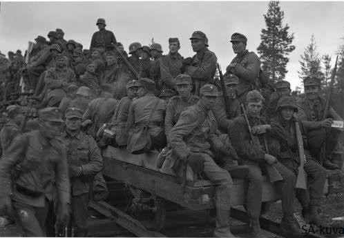 German and Finnish soldiers on they way to the front lines in Kiestinki. August 8, 1941. #WWII