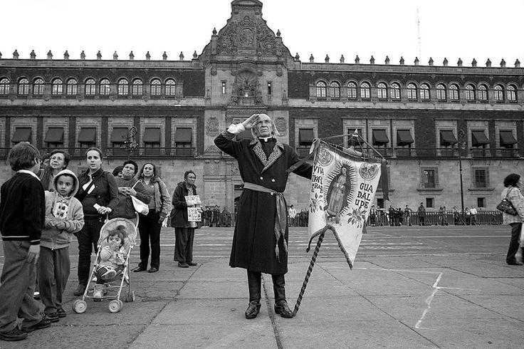 15 aniversario City Guide Louis Vuitton Ciudad de Mexico. Palacio Nacional. El palacio protege las oficinas del presidente de México, el Tesoro Federal y los frescos de Diego Rivera. Un hombre saluda el descenso de la bandera mexicana  FOTOGRAFÍA: CORTESÍA DE LOUIS VUITTON / TENDANCE FLOUE / FLORE-AËL SURUN