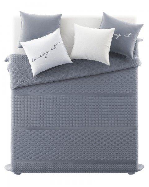 Jednofarebny presivany prehoz na postel v sivej farbe (2)