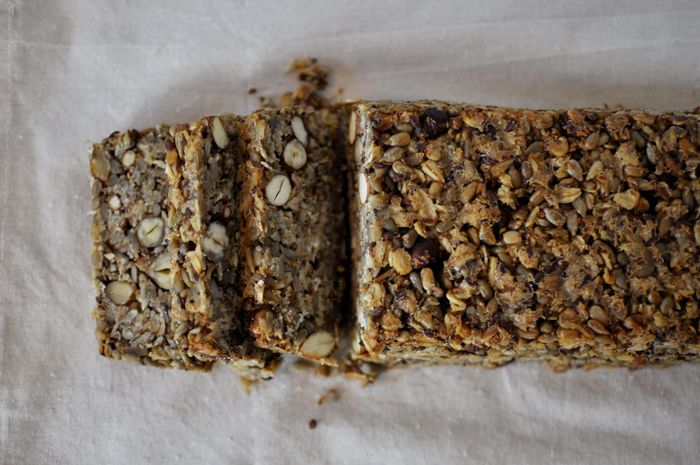 """""""Life changing loaf of bread"""" nennt Saran Britton, die Erfinderin des Rezepts, ihr Wahnsinnsbrot. Und sie hat recht damit. Dieses Brot hat einfach alles, denn es ist das leckerste und gleichzeitig das gesündeste Brot, das ich je gegessen habe. Aber alles von Anfang an. Letzte Woche bin ich hier darauf gestoßen und musste es sofort nachbacken. Denn … Mehr lesen »"""