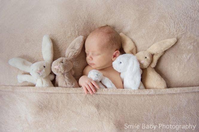 Bebé con conejitos