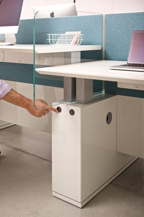 Las sillas ergonómicas ayudan a reducir mucho el riesgo del dolor y de la enfermedad. Es igualmente importante tomar descansos frecuentes, al menos 5 minutos cada hora, caminar y estirar los músculos de la espalda y las piernas. Es aconsejable trabajar en una mesa que nos permita estar de pie durante parte de la jornada de trabajo. Los escritorios Sit & Stand te permiten alternar la postura sentada y erguida, mejorando el bienestar físico.