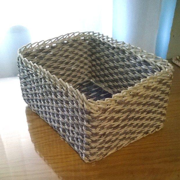 Cesta cuadrada de tubos de papel. Fondo realizado con telar de carton.