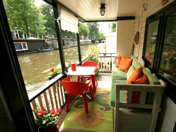This is another house-boat in Amsterdam for short term rental, located in the fashionable Jordaan area in the centre of Amsterdam, on the Prinsengracht Canal.  All the comforts of an apartment in a funky river boat.