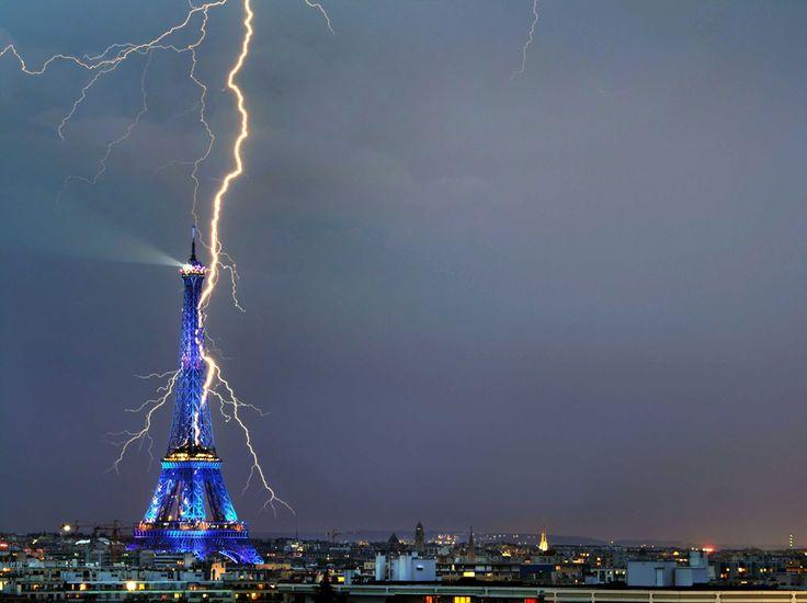 Rare image d'un éclair sur la tour Eiffel Prise en juillet 2008, cette photo est signée de Bertrand Kulik. L'éclairage bleu de la tour, à l'occasion de la présidence française du conseil de l'Union européenne, renforce son caractère magique. (Bertrand Kulik/CATERS NEWS AGENCY/SIPA)