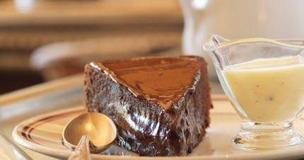 Ingrédients : 200 g de chocolat noir 100 g de beurre 3 oeufs 100 g de sucre 1 pincée de sel 75 g de farine 1/2 de sachet de l...