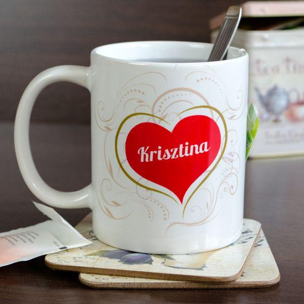 Nincs romantikusabb egy szerelmes reggelinél. A párod és te, az együttlét öröme és a reggel frissessége. Még ezt is fel lehet dobni egy szívecskés grafikával és névvel ellátott kávésbögrével.Egyszerű és igazán szép ajándék a reggeli kávéhoz, a délelőtti teához, az esti kakaóhoz! A bögre 3dl-es, mikrózható és mosogatógépben is mosható, azonban ajánljuk inkább a bögre kézi elmosását.
