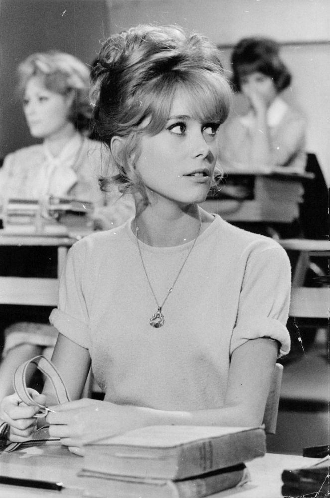 Catherine Deneuve dans Les Parisiennes (1962). Retrouvez notre sélection de photos vintage sur notre tableau Pinterest Back to school https://fr.pinterest.com/bonjourbibiche/back-to-school/ :) #inspiration #backtoschool
