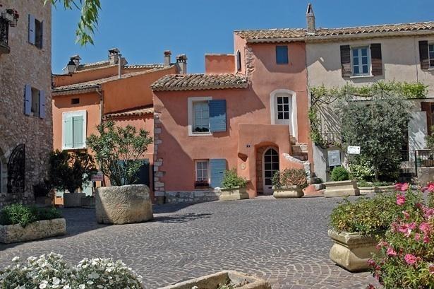 Maison de ville atypique dans un village pittoresque perché au sommet d'une colline, dominée par les ruines d'un château.