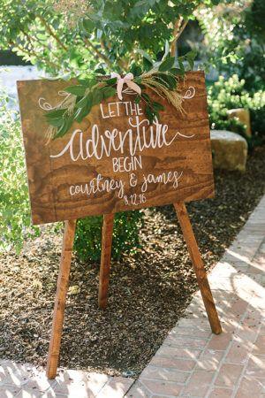 Pancarte en bois pour indiquer le lieu du mariage | Ruffled