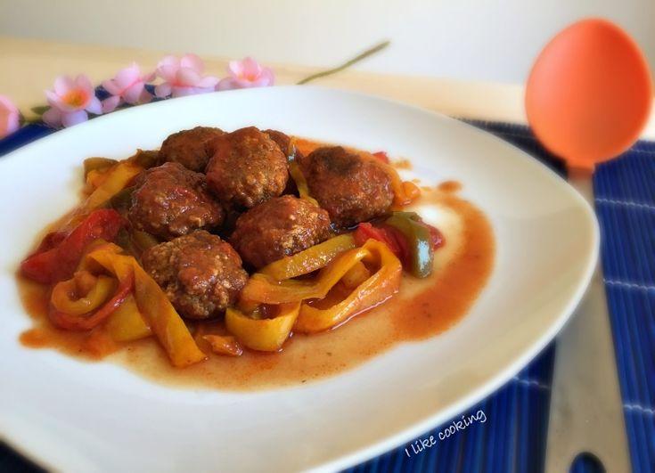 Le polpette con peperoni al pomodoro sono un secondo piatto di carne molto ricco e saporito. Un piatto unico da consumare freddo durante la stagione estiva.