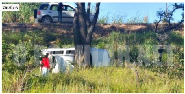 #News  Carro sai da pista, capota e só para em árvore as margens da rodovia em Cruzília, MG