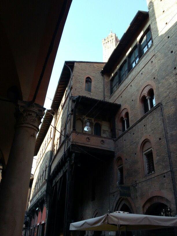 Via S.Stefano,  con la punta degli Asinelli.