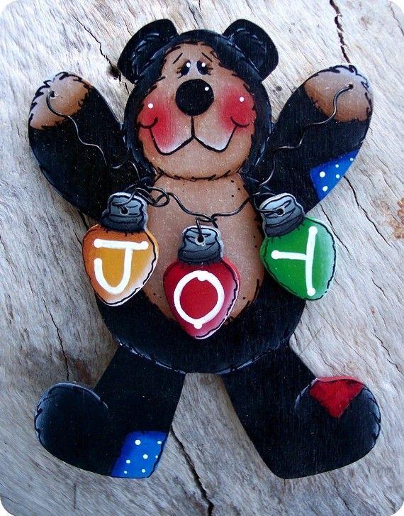 Voici un autre des plus mignons ours noirs peu jamais!! Trois petites ampoules en bois avec lettres, qui épeler le mot « Joie » est attachée avec