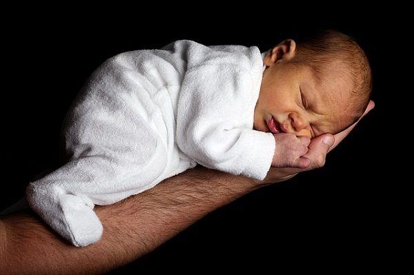 Usypianie dziecka bywa wyzwaniem niezależnie od jego wieku, lecz najtrudniej jest uśpić marudnego niemowlaka. Jest na to kilka sposobów i jeśli dziecko płacze, warto je wypróbować.