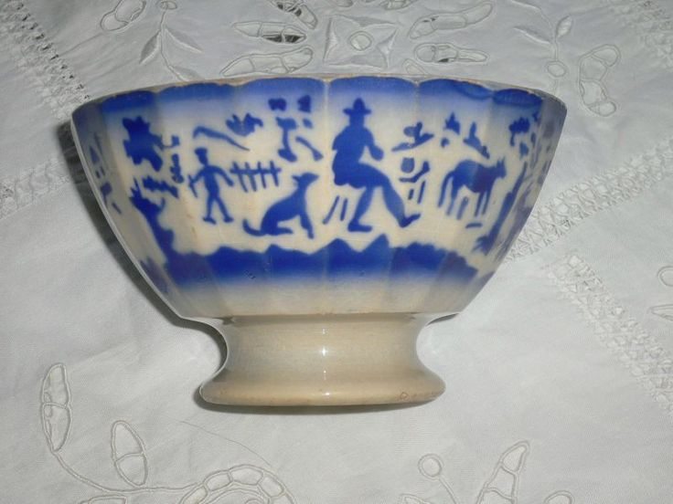 Ancien bol-à-café en faïence de Gien l décor bleu fait au pochoir.