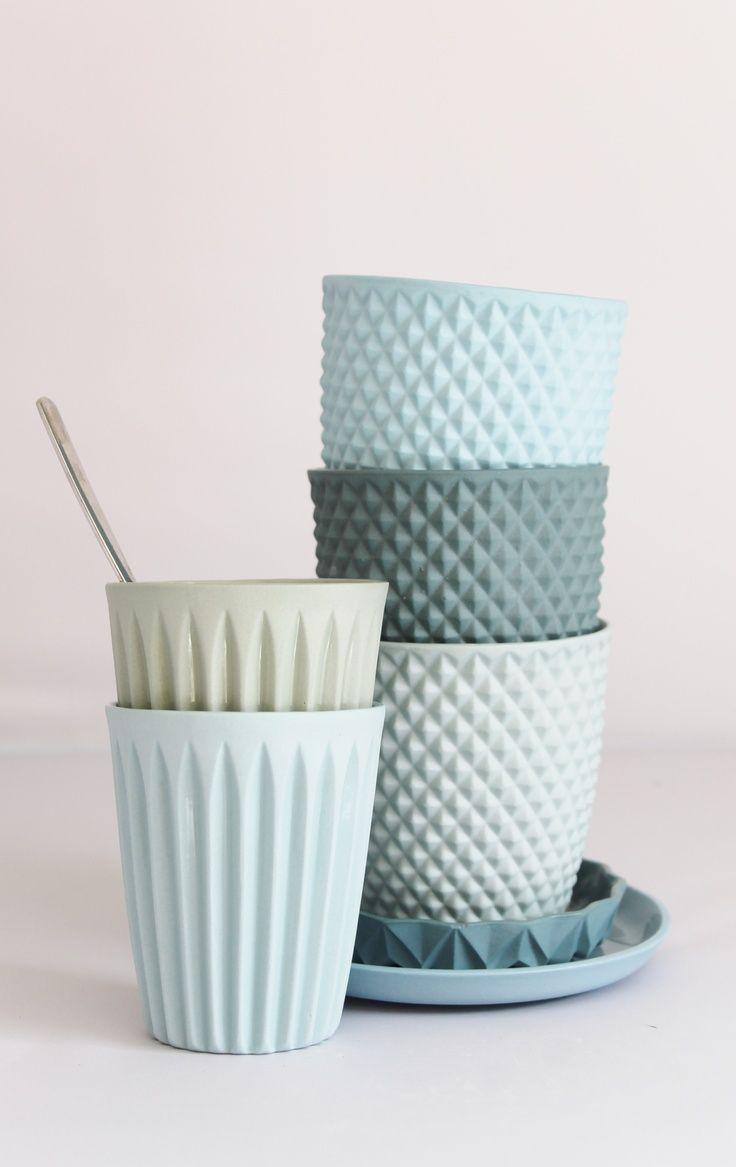 Lenneke Wispelwey  kreiert gerne ganze Porzellan-Familien. Als Einzelkind aufgewachsen, hat die Holländerin sozusagen einen inneren Drang dazu, ganze Familien ins Leben zu setzen und nicht nur einsame Einzelkämpfer. Und weil die Mitglieder einer Familie ja meistens ein bisschen Ähnlichkeit haben, ist diese Gruppe von Porzellanstücken hier ganz in Pastelltönen gehalten. Ihre geometrisch geformten Produktfamilien kann man bei [...]