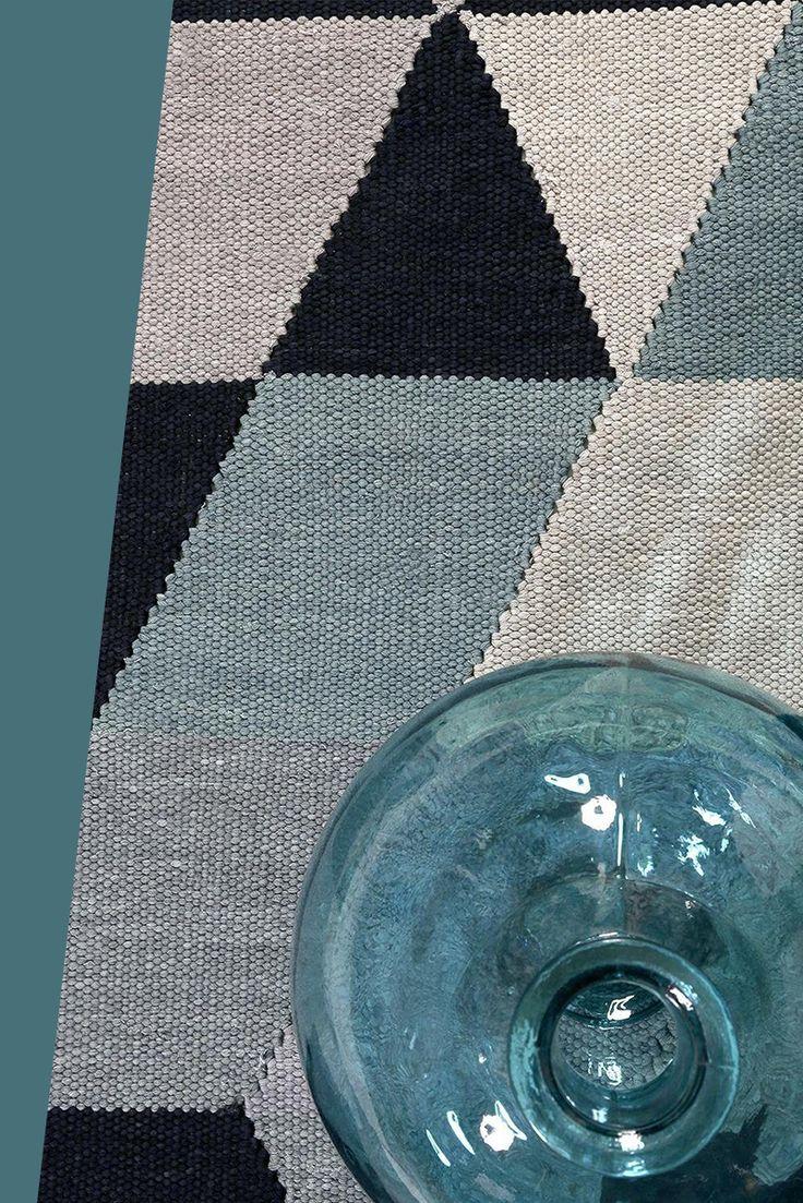 """Hier trifft traditionelles Design auf den typischen""""Handcrafted""""-Stil. Verschiedene Formen und verschiedene Farben Sorgen für einen interessanten Hell-Dunkel-Kontrast. Ein wunderschöner Teppich aus dem Hause Esprit, der super in ein modernes Ambiente passt."""