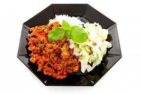 Rijst in combinatie met chili en vis als hoofdgerecht op de camping is een heerlijk gerecht met een zomers en vrolijk gekleurd tintje.