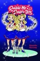 """Recensie van Kristy (★★★★★) over """"Double me, double you. Op weg naar de finale"""" van Gonneke Huizing   2e recensie over dit boek   Roxan en Myla mogen Nederland vertegenwoordigen op het juniorsongfestival. Hun droom komt uit! Opeens komt er waanzinnig veel op hen af: optredens, interviews, fotosessies en zelfs een bijzondere reis.   http://www.ikvindlezenleuk.nl/2015/02/gonneke-huizing-double-me-double-you-2e-recensie/"""