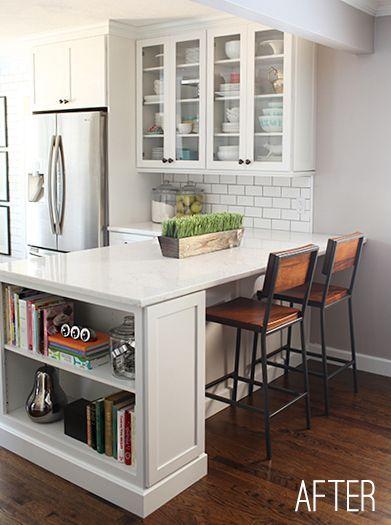 Me gusta la estantería pequeña en el extremo de la barra.  Buen uso del espacio y proporciona un lugar para los libros de cocina.