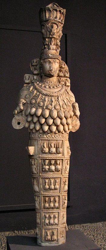 Artemisa era la diosa griega, la cazadora virginal y gemela de Apolo, quien reemplazó a la Titan Selene como Artemis: Diosa de la Luna. estatua que  Éfeso llamó la 'Gran Artemis'
