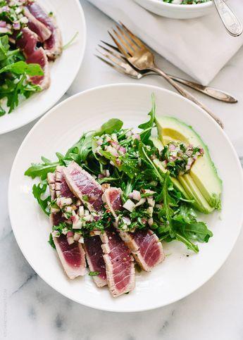salada de rúcula com atum braseado e abacate