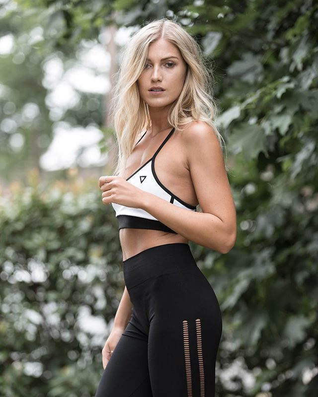087a91162f  harrietdodsworth wearing our Contrast Sports Bra and Seamless Mesh  Leggings in size…