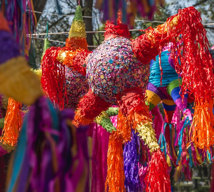 Heute zeigen wir Ihnen Schritt für Schritt, wie Sie eine Piñata ganz einfach selber machen können. Holen Sie sich den mexikanischen Partyspaß nach Hause!