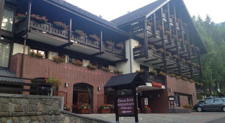 Pension Casa Iris #Pensiuni Sinaia. Situata într-o locatie linistita din Sinaia, la 960 de metri deasupra nivelului marii, aceasta pensiune are un restaurant care serveste preparate din bucataria romaneasca. În timpul verii, oaspetii pot lua masa, de asemenea, pe terasa cu vedere la muntii înconjuratori. Statia telegondolei, cu acces la partiile de schi, se afla la 600 de metri. Accesul la sauna este disponibil la un cost suplimentar. Toate camerele au TV cu ecran plat, birou…