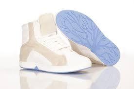 fundación  OAT fue fundada en Amsterdam, Holanda, en 2009 y comenzó con el desarrollo de los zapatos que florecen. OAT Shoes lanzaron en 2011 el envío de Adán y Eva por la pasarela en la Semana de la Moda de Ámsterdam salvar el Árbol de la Vida. En un zapato OAT por supuesto. La compañía inmediatamente ganó un premio en el prestigioso Concurso de Moda verde seguido por una ola de prensa mundial, con características en el LA Times, dezeen Mejores Ideas de 2011, Tokio TV y muchos otros.