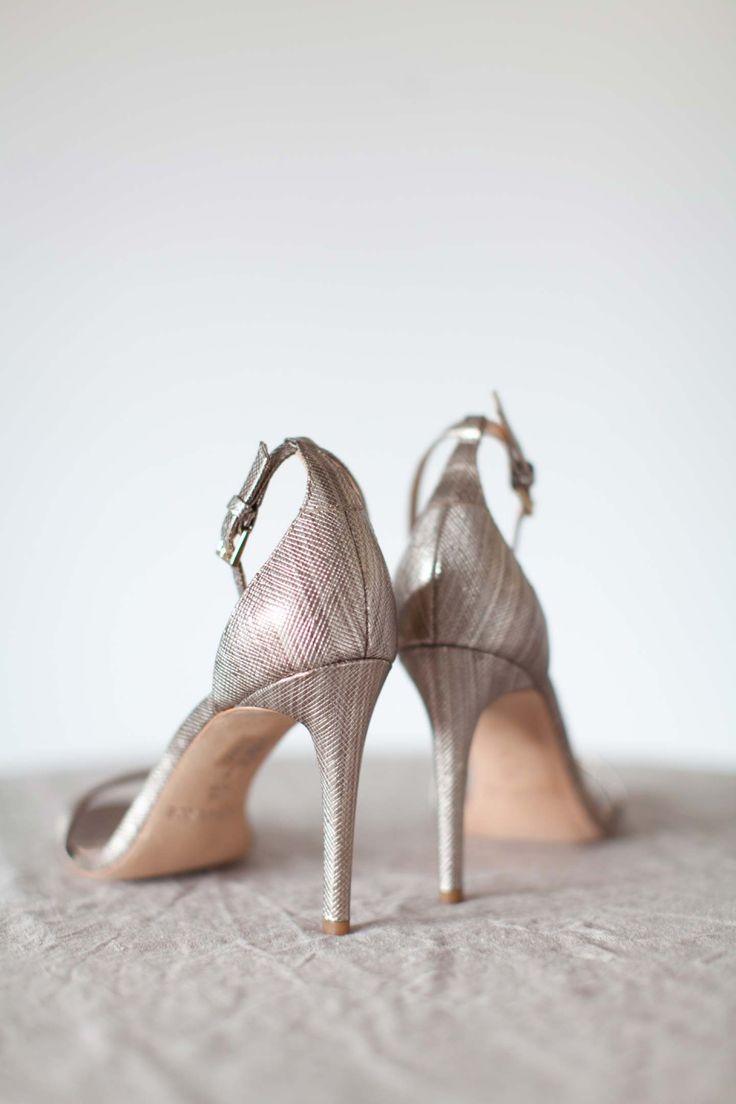 Minimalistische Liebe in Grau & Gold ANGELIKA KRINKE http://www.hochzeitswahn.de/inspirationsideen/minimalistische-liebe-in-grau-gold/ #wedding #love #shoes