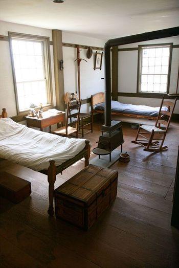 シェーカー家具が並ぶ部屋からは、彼らの質素で勤勉な暮らしをが想像できます。