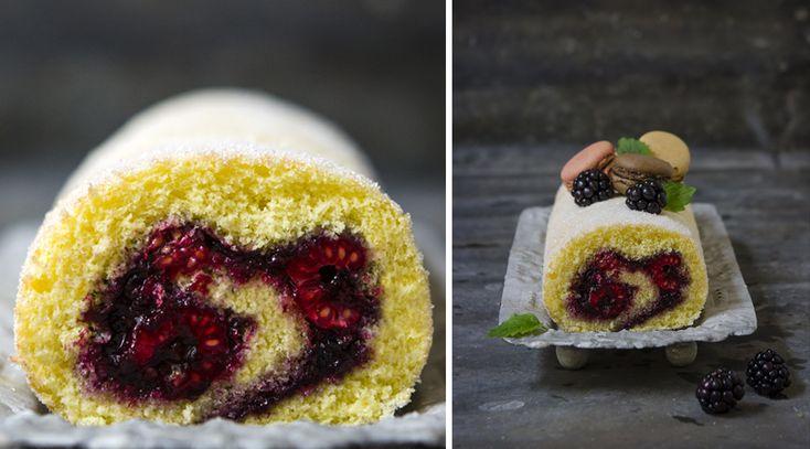 Disse kake-klassikernegår aldri av moten. Få oppskrift på rullekake, sitronkake, Kvæfjerdkake og bløtkake. Tekst, foto og styling: Nadin Martinuzzi og Hanne Stensvold RULLEKAKE En rullekake kan fylles med forskjellig syltetøy, gjerne sammen med friske bær. Her har vi brukt bjørnebærs