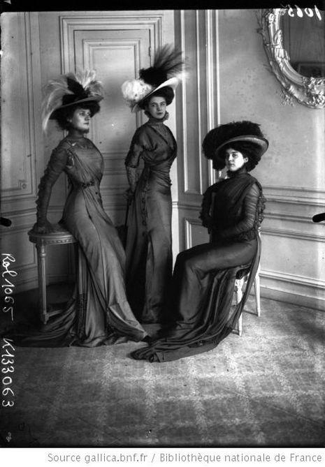 Trois élégantes en toilette (Agence Rol), 1908.