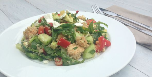 De quinoa salade met kip is niet alleen een zeer smakelijke combi, maar ook nog eens erg gezond. De perfecte mix van koolhydraten, eiwitten en goede vetten!