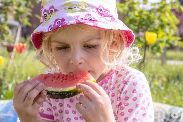 Wie süß ist das denn? Statt kalorienreiche Süßigkeiten lieber leichte Obst-Snacks mit natürlichem Zuckergehalt servieren. Schmecken sommerlich-leicht und sind so erfrischend, wie ein schattiges Plätzchen unter der Markise.  Kindergeburtstag im Frühling und vor allem im Sommer: Statt Süßigkeiten gibt es witzige und süße Sonnenhüte und am besten eine Marksie auf der Terrasse.  Quelle: http://www.babykindundmeer.de/family-living/hausbau-garten/unser-fertiger-garten/
