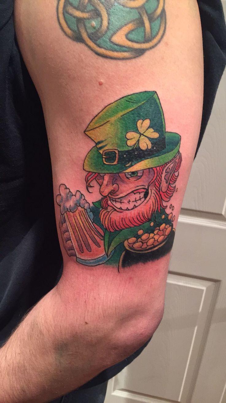#tattoobychris at #dinosaurstudiotattoo of an #Irish #leprechaun holding a #beer #mug #tattoo #leprechauntattoo #armtattoo #beertattoo #lakeforestillinois #vernonhillsillinois #gurneeillinois #highlandparkillinois #waukeganillinois @killabunzz #explorewaukegan #greatlakesnavalbase #greatlakesnavalstation #navy #colortattoo #explorewaukegan #tatuaje #luckoftheirish #dinosaur #reptiles #horse #cowswithguns